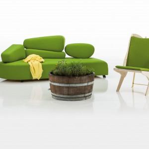 Ekologiczne wełniane obicie sofy Mosspink wniesie do salonu odrobinę wesołej zieleni. Oparcie zaprojektowane tak, aby wyglądało jak pozornie bez wysiłku ułożone kamyczki, zapewnia maksymalny komfort. Fot. Brühl.