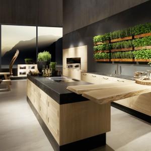 Zabudowa meblowa Cosmo w całości wykonana z naturalnego drewna dedykowana do dużych otwartych przestrzeni kuchennych. Fot. Rational