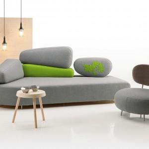 Sofa z kolekcji Mosspink zaprojektowana została tak, by poszczególne moduły imitowały naturalne kamienie. Szary kolor filcowego obicia dodatkowo wzmaga ten efekt wizualny. Fot. Brühl.
