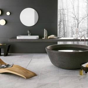 Elegancki, a przy tym niezwykle wygodny szezlong wykonany z drewna idealny na taras, ale i do łazienki. Fot. Edra.