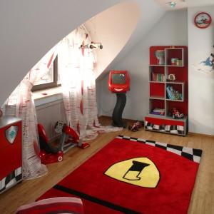 Unikalny wygląd pokoju chłopca to zasługa nie tylko oryginalnych mebli, ale i dodatków tematycznych, m.in. czerwonego dywanu z logiem Formuły 1, wyściełającego podłogę. Fot. Bartosz Jarosz.