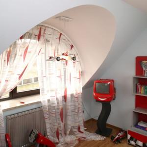 Strefę zabawy oświetla lampa sufitowa przypominająca wyglądem bolid. Tutaj też ustawiono niewielki telewizor, obowiązkowo w czerwonym kolorze. Fot. Bartosz Jarosz.
