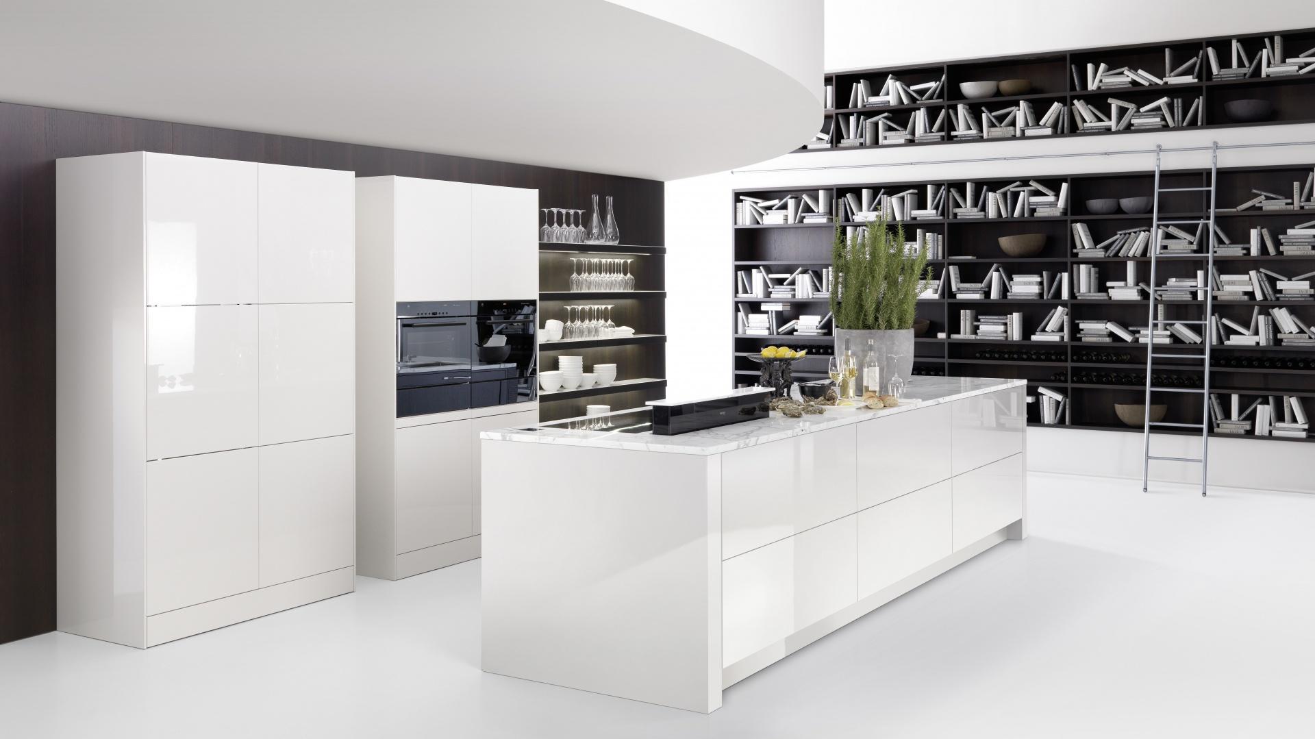 Piękna nowoczesna i nieskazitelnie biała kuchnia z wyspą. Połyskujące fronty mebli kuchennych powiększają dodatkowo i tak dużą przestrzeń. Fot. Rational, kuchnia Cambia.