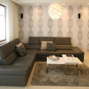 Wypoczynkowy charakter mieszkania pozwolił ograniczyć ilość mebli do minimum. Duża narożna kanapa zaprasza do relaksu. Projekt: Małgorzata Galewska. Fot. Bartosz Jarosz.
