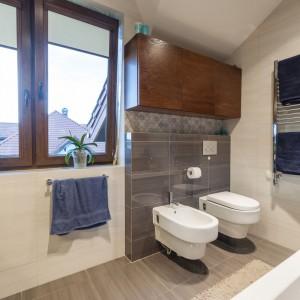 Łazienkę doświetla naturalne światłom wpadające do wnętrza przez duże okno. Projekt i zdjęcia: Gabinet Wnętrz.