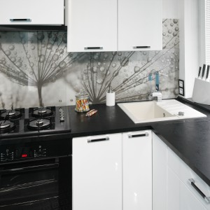 W tym niewielkim mieszkaniu o powierzchni zaledwie 36 metrów, kuchnia stanowi malutką powierzchnię. Zlewozmywak wpasowano w przestrzeń przy oknie jednocześnie nieco w rogu, tak by wygospodarować większą powierzchnię blatu na inne czynności. Projekt: Marta Kilan. Fot. Bartosz Jarosz.