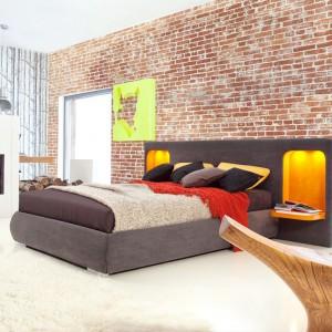 Wezgłowie łóżka Modena marki Dormi Design zawiera dwie podświetlone nisze z półkami. Pomysł rozwiąże problem z dopasowaniem szafeczek nocnych oraz oświetlenia, gdyż są to elementy zintegrowane z wezgłowiem. Fot. Mega Meble.