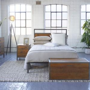 Minimalistyczny zestaw do sypialni Baxter dostępny w sklepie Lombok idealnie sprawdzi się w loftowej sypialni. Elementy z postarzanego drewna łączą metalowe elementy tworząc wyposażenie w niepowtarzalnym stylu. Fot. Lombok.