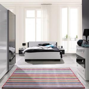 Sypialnia Lux marki Marmex nada sypialni iście luksusowy styl. Lakierowane na wysoki połysk fronty w kolorze czerni i bieli sprawiają, że meble są eleganckie, a zarazem bardzo nowoczesne. Fot. Marmex.