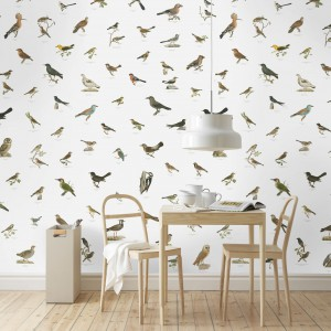 """Wzór ptaków jest aktualnie często spotykany na tapetach i tkaninach obiciowych. Popularny jest zwłaszcza ten przedstawiający """"chmarę"""" małych ptaszków. We wzorach tych stosuję się stonowaną i ciepłą kolorystykę. Cena: ok. 972 zł. Fot. Wallsrepublic."""