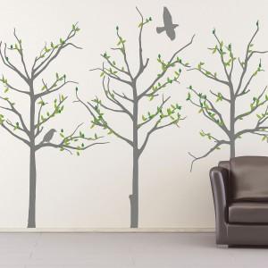 Dekoracyjne naklejki na ścianie Grey Trees. Komplet zawiera trzy drzewa, 4 ptaki oraz liście, które można przyczepiać w różnorodnych kombinacjach. Cena: ok. 452 zł. Fot. Pixers.