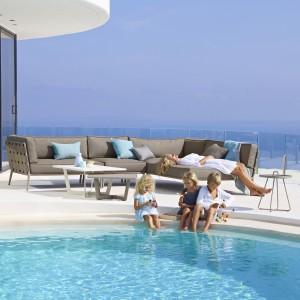 Sofa narożna z kolekcji Conic duńskiej marki Cane-Line jest odpowiednia nawet dla dużej rodziny. Mebel jest odporny na warunki pogodowe - miękkie poduszki umieszczone na plecionym korpusie wykonane są wodoodpornego materiału. Fot. Cane-Line.