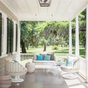 Kolekcja mebli ogrodowych Swingrest marki Dedon o lekkiej formie i jasnej kolorystyce pięknie wpisze się w aranżację w stylu skandynawskim. Zestaw tworzą dwa fotele obrotowe oraz huśtawka. Projekt: Daniel Pouzet. Fot. Dedon.