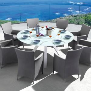 Elegancki zestaw Como marki Miloo pozwoli urządzić gustowną jadalnię na świeżym powietrzu. Komplet tworzy owalny stół oraz wygodne krzesła z podłokietnikami. Fot. Miloo.