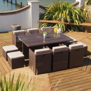 Stół oraz krzesła ogrodowe to podstawa wyposażenia każdego, nawet najmniejszego tarasu. Sprytnym rozwiązaniem jest model rozkładany, który dostosowuje się do wielkości przyjęcia na świeżym powietrzu. Fot. Occa-Home.