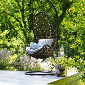 Nie ma nic przyjemniejszego niż delikatne kołysanie się w fotelu z książką wśród szumu drzew. Taki relaks zapewni np. fotel Swinging Chair marki Debenhams. Fot. Debenhams.