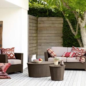 Meble wypoczynkowe powinny się znaleźć w każdym domu. Ustawione na tarasie latem dają nam namiastkę urlopu każdego dnia. Fot. Marks&Spencer.