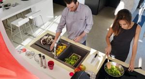 W nowoczesnych kuchniach zlewozmywaki są coraz mniejsze i bardziej eleganckie. Bo mycie naczyń przejmują zmywarki. Teraz zlew to główne centrum obróbki produktów: rozmrażania, krojenia, mieszania.