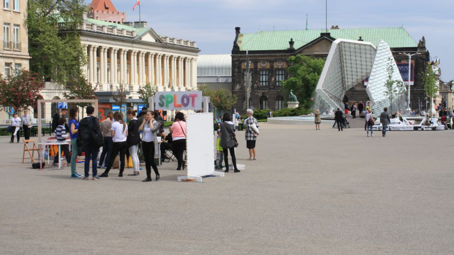 Plac Wolności z fontanną Wolności w tle, podczas trwania II edycji Poznań Design Days. Fot. Piotr Sawczuk