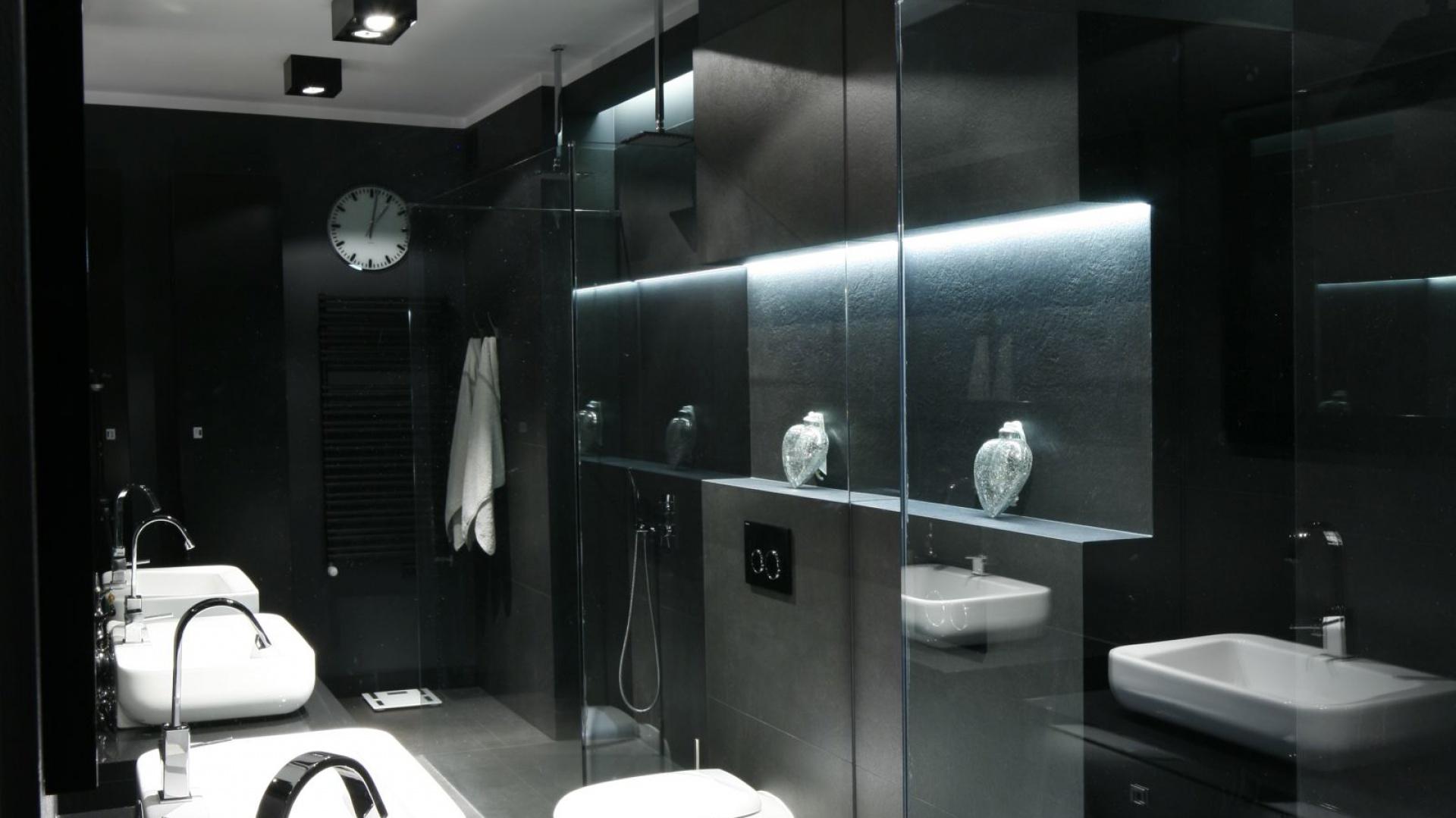 Do czerni świetnie pasują...  Nowoczesna łazienka. Zobacz jak urządzić ją w czerni  Strona: 10