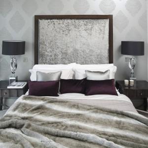 Aranżacja sypialni opiera się na srebrnym odcieniu szarości. W tę koncepcję wystroju wpisuje się tapeta z eleganckim, mieniącym się wzorem. Projekt Tomasz Żemojcin, Ventis, Ventana. Fot. Bartosz Jarosz.