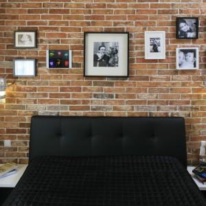 Ceglane wykończenie ściany w sypialni nadaje minimalistycznym wnętrzom industrialny charakter, natomiast do bardziej klasycznych wprowadza powiew retro. Projekt: Agnieszka Ludwinowska. Fot. Bartosz Jarosz.
