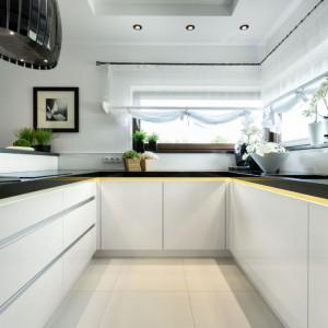 Klasyczne formy czy nowoczesna stylistyka - jedno i drugie pięknie prezentują się w ponadczasowych barwach. W tej kuchni postawiono na minimalistyczne meble o gładkich powierzchniach. Fot. Pracownia Mebli Vigo, kuchnia Galaxy.