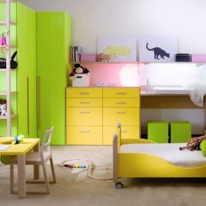 Żółto-zielona meblościanka organizuje przestrzeń dziecka, a kolorowe fronty sprawiają, że wnętrze jest wyjątkowo optymistyczne. Rozwijaniu talentu sprzyja niewielki stolik i krzesełka, dopasowane do wzrostu przedszkolaka. Fot. Dearkids.