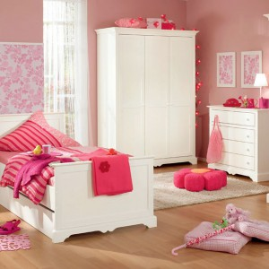 Piękny pokój w stylu angielskim ożywiony mocnym, malinowym różem z pewnością przypadnie do gustu nie jednej małej dziewczynce. Komplet mebli Sylvie marki Paidi. Fot. Paidi.