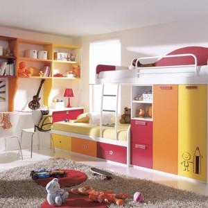 Mebel łączący w sobie dwa łóżka oraz funkcję szafy sprawdzi się w pokoju sióstr. Dwa miejsca uwzględnia także kolorowy kącik do nauki, wyposażony w długi blat oraz dwa krzesła. Fot. Circulo Muebles.
