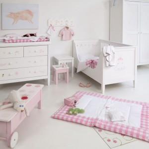 Pomysłowe wnętrze dla dwulatki bazuje na białych meblach oraz typowych dla dziewczynki, różowych dekoracjach. Łóżko z wyprofilowaną barierką umożliwia córce samodzielne wychodzenie po przebudzeniu. Fot. The Baby Cot Shop.