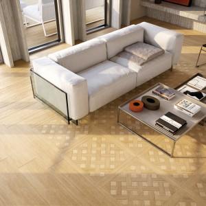 Płytki podłogowe z kolekcji Mabira marki Marazzi imitujące tradycyjne, drewniane parkiety w jasnym wybarwieniu. Fot. Marazzi.