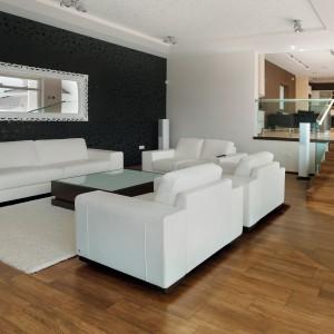 Płytki podłogowe z kolekcji Nobile z oferty firmy  marki STN Ceramica, które naśladują strukturę i wybarwienie podłogi w kolorze orzech. Fot. STN Ceramica.