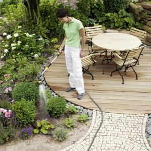 Podlewanie ogródka znacznie ułatwiają pistolety i spryskiwacze, które skutecznie zastępują nieporęczną i ciężką konewkę. Rozpraszają strumień wody, który nie uszkadza roślin i nie wypłukuje ziemi. Fot. Karcher.