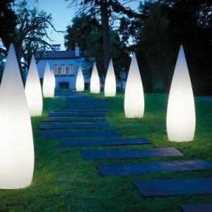 Wiosna to także czas, by zadbać o ewentualne oświetlenie ogrodu. Blisko półtorametrowe lampy Kanpazar marki B.Lux, przypominające kształtem stalagminy, będą też oryginalną ozdobą posesji. Fot. B.Lux.
