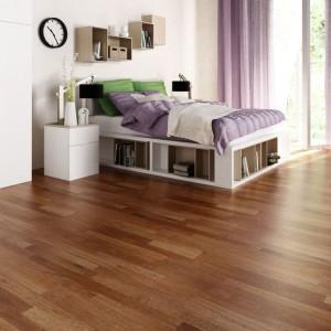 Decydując się na podłogę z drewna warto sięgnąć po egzotyczne gatunki. Podłoga olejowana mebrau marki Global Wood ma szlachetny ciemnobrązowy kolor, dzięki czemu doskonale komponuje się z jasnym wyposażeniem w nowoczesnej stylistyce. Fot. Global Wood.