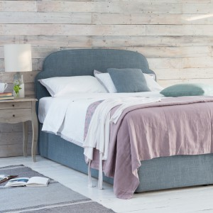 Drewno pięknie komponuje się z szarością. Wykorzystując ten materiał np. na ścianie możemy stworzyć subtelny kontrast dla wyposażenia w odcieniach szarości. Fot. Loaf.