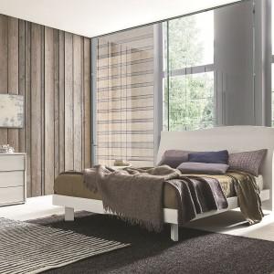 Ta sypialnia jest dowodem na to, że deski na ścianie nie muszą się kojarzyć z epoką PRL. Wykorzystując ten rodzaj wykończenia możemy stworzyć nowoczesną aranżację, równoważąc chłód szkła. Fot. Go Modern Furniture.
