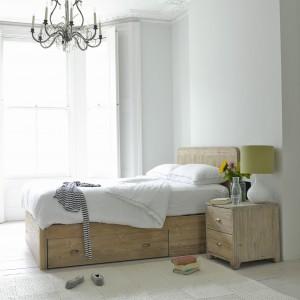 Ciężkie, masywne meble z jasnego drewna, w połączeniu z elegancką estetyką wnętrza tworzą oryginalną aranżację. Fot. Foaf.