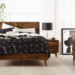 Biel i drewno to bardzo modne zestawienie. Chcąc nadać białej sypialni modny, a zarazem cieplejszy charakter wyposażmy je w meble z ciemnego drewna. Zestaw Austin marki Forty Winks. Fot. Forty Winks.