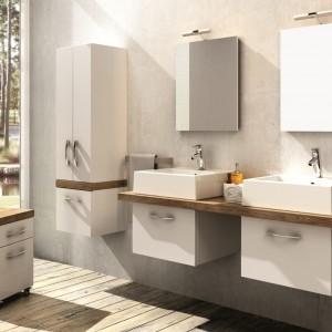 Meble łazienkowe z elementami drewna są ciągle popularnym rozwiązaniem. Meble Merida to propozycja firmy Aquaform. Są nie tylko eleganckie, ale dzięki swoim kompaktowym wymiarom także bardzo funkcjonalne i odpowiednie nawet do niewielkich łazienek. Występują w połączeniach bieli z dębem i bieli z legnem jasnym. Fot. Aquaform.