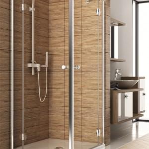 Wykończenie strefy prysznica płytkami imitującymi drewno to świetny sposób na naturalną aranżację, która sprawi, że łazienka będzie przytulnym miejscem, sprzyjającym relaksowi. Na zdjęciu: kabina Aquaform Sol de Luxe narożna. Fot. Aquaform.
