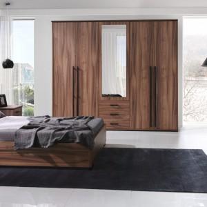 Na system Maximus składa się wiele elementów, z których można skomponować przytulną sypialnię. Łóżko dostępne we wszystkich standardowych rozmiarach, dodatkowo w wersji z funkcjonalnym pojemnikiem na pościel. Fot. Stolwit Meble.