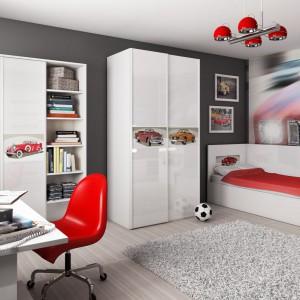 Wnętrze odzwierciedla hobby młodego gospodarza. Fototapeta oraz kolorowe zdobienia na frontach szafek czy wezgłowiu łóżka marki Miretto zdradzają, że mieszka tu fan motoryzacji. Fot. Miretto.