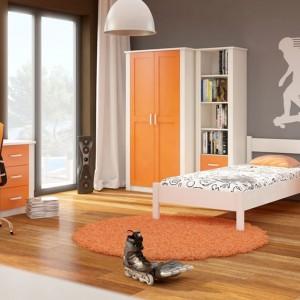 Kto powiedział, że pokój chłopca musi być niebieski albo zielony? Pomarańczowe fronty mebli, w połączeniu z szarym kolorem ścian, kreują we wnętrzu dynamiczną aurę, odpowiednią dla młodego mężczyzny. Fot.Visby.