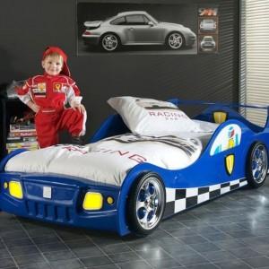 Łóżko w formie samochodu z pewnością wzbudzi zachwyt kolegów oraz sprawi, że zwykły pokój stanie się oryginalny. Mebel Monza Blue belgijskiej marki Vipack. Fot. Vipack.