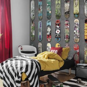 Tapeta z motywami deskorolek z serii Adventure marki Mr Perswall w spektakularny sposób odmieni pokój nastolatka. Efekt wzmocnią barwne dodatki, nawiązujące kolorystyką do odcieni desek. Fot. Mr Perswall.