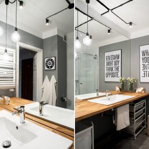 W tej łazience oryginalną dekorację stanowią typograficzne obrazy. Większy z nich z przewrotną sentencją nie tylko składania do refleksji, ale celowo został umieszczony obok lustra, by można było odczytać napisy w odbiciu. Projekt: Raca Architekci. Fot. Adam Ościłowski.