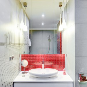 Nadmorskie molo dubluje się dzięki tafli lustra. Fototapeta dodaje wnętrzu przestrzeni i optycznie je powiększa. Zdjęcia z głębią znakomicie sprawdzają się w niewielkich łazienkach. Projekt: Saje Architekci. Fot. Foto&Mohito.