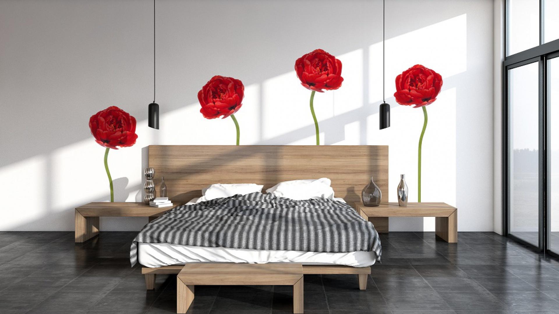 Naklejki ścienne w formie smukłych, czerwonych kwiatów marki Big Trix to idealna propozycja do minimalistycznej sypialni. Subtelny wzór delikatnie ożywia prostą aranżację nie przytłaczając przestrzeni. Fot. Big Trix.